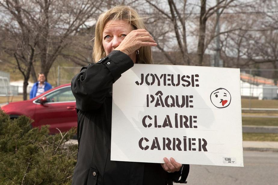 Dimanche de Pâques. Louise Picotin salue avec émotion sa maman Claire Carrier, 90ans, qui regarde par une fenêtre au troisième étage du CHSLD Yvon-Brunet de LaSalle.