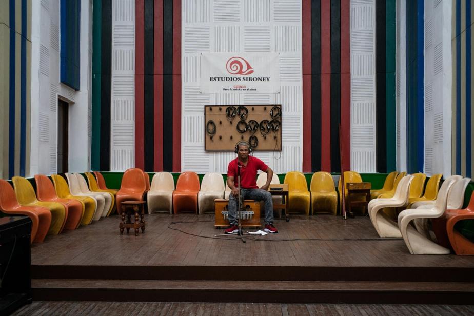 Yolexi Rodríguez Macarro, qui joue de la marímbula dans la formation ChangüíGuantánamo, est un représentant du stylechangüí presque exclusif àl'estde l'île. On le voit ici dans le studio Egrem à Santiago de Cuba.