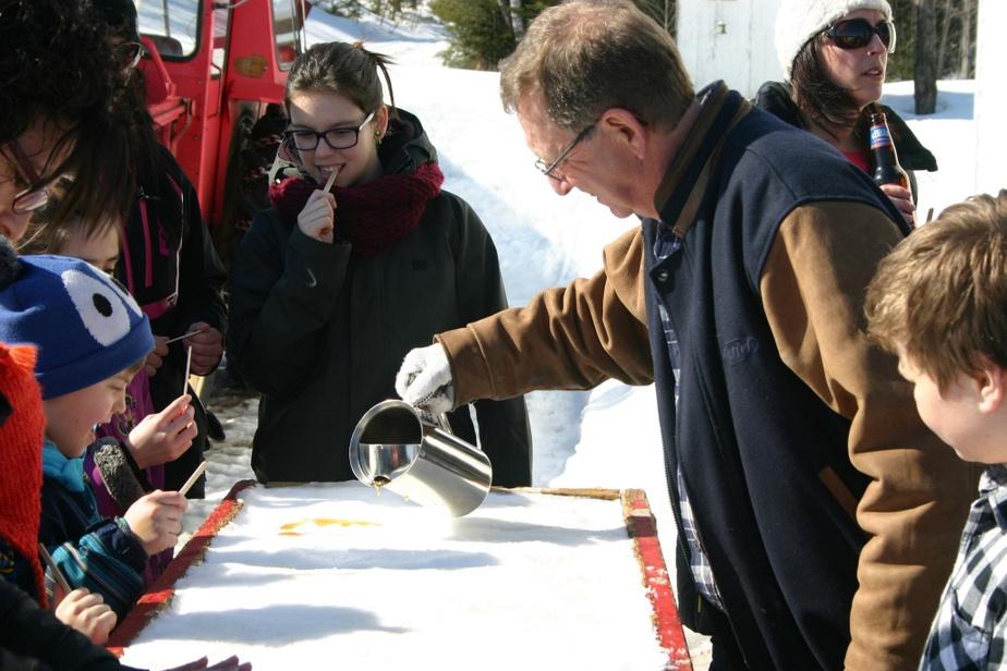 Chaque à année à Pâques, Marcel Hamel reçoit la famille pour une «partie de sucre» avec tire sur la neige, produite à partir de son propre sirop d'érable.