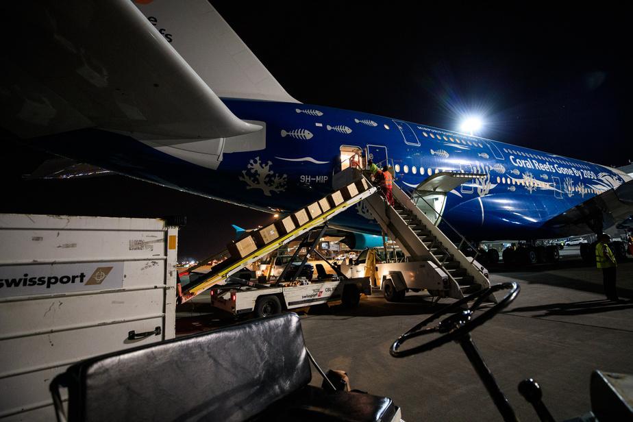L'appareil est toutefois normalement employé pour le transport de passagers et n'est donc pas particulièrement adapté au cargo. Les boîtes de masques et de blouses médicales étaient donc empilées sur les sièges et devaient être sorties à la main, par une porte de taille adaptée aux passagers.