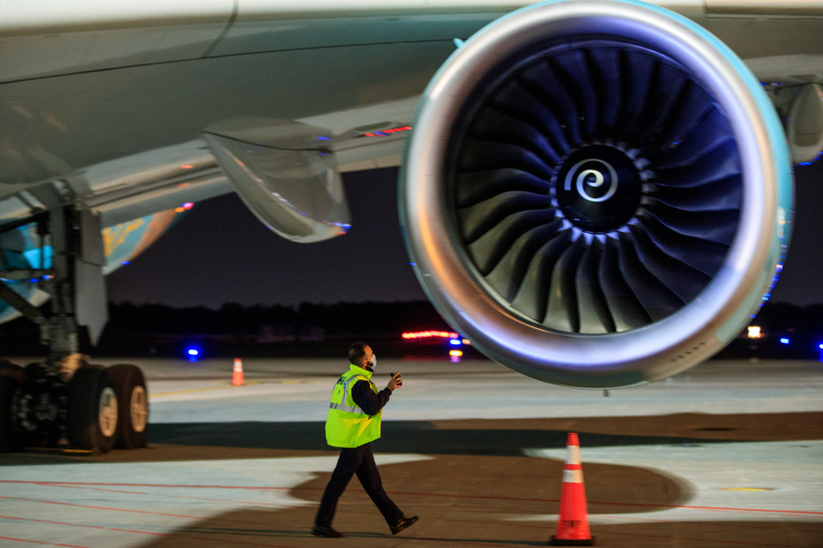 Un employé inspecte visuellement l'appareil au sol.