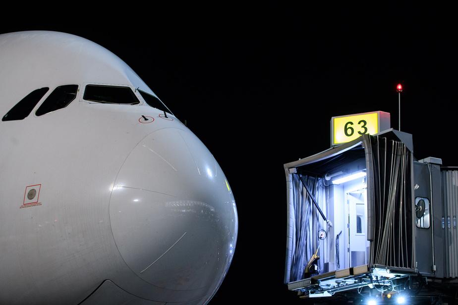 L'immense appareil s'est approché de la porte 63 un peu après 01h AM cette nuit, ce qui n'était pas idéal pour les nombreux amateurs d'aviation tentés d'aller l'observer. On l'attendait pour la première fois le 1erjuin, mais cette visite a été repoussée à quelques occasions. D'autres vols à Montréal sont prévus au cours des prochains jours.