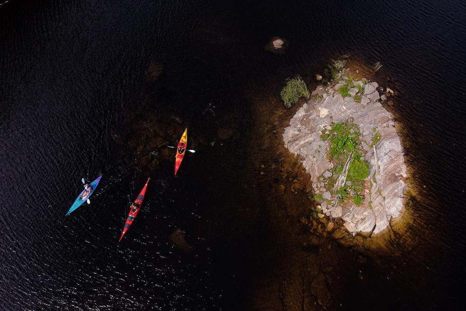 Vue aérienne d'un des îlots qui se trouvent par centaines sur le plan d'eau.