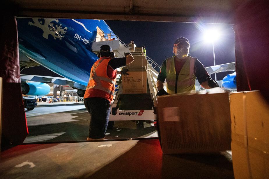 Une équipe d'environ 25 employés de Swissport ont vidé l'avion boite par boite avec l'aide de convoyeurs.