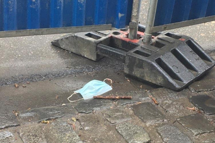 Masques et gants de protection sont parfois abandonnés au sol après leur utilisation.