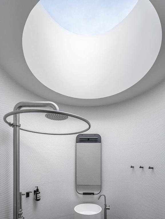 La salle d'eau possède son propre puits de lumière. Contrairement aux autres, qui sont carrés, celui-ci prend une forme ronde.