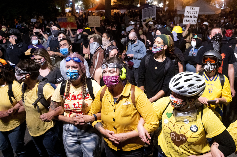 Des mères ont formé un cordon, le week-end dernier, entre les manifestants et les forces de l'ordre à Portland, scandant «Feds stay clear, moms are here!», qu'on pourrait traduire par «Agents fédéraux, restez à l'écart, les mères sont là!»
