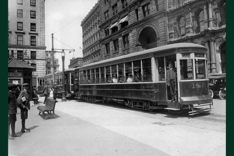 AVANT : Un tramway électrique est stationné sur la place d'Armes, en 1919. À l'époque, la place se situe en plein cœur du quartier des affaires, qui va migrer vers le nord et l'ouest au milieu du XXe siècle.