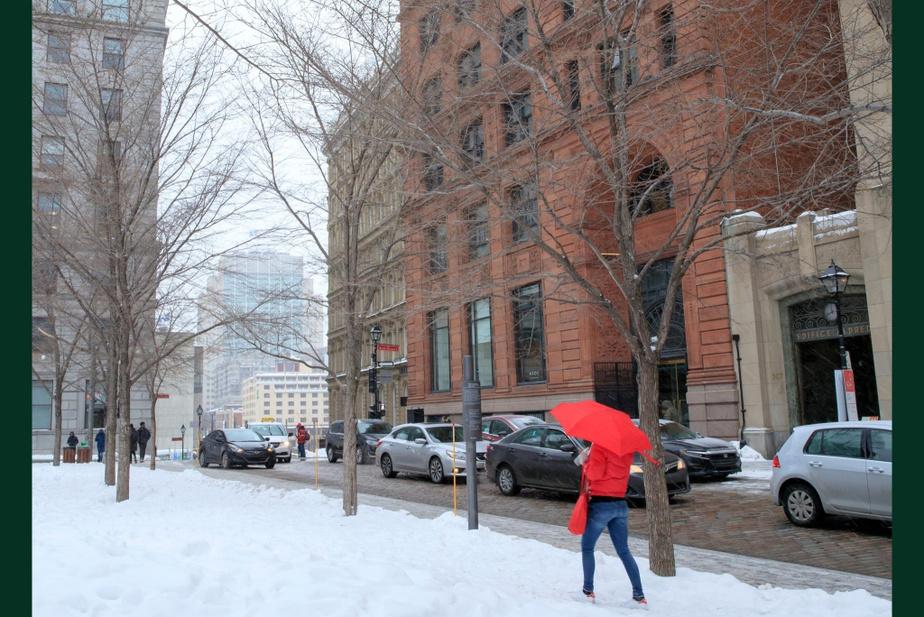 APRÈS : Les tramways ont disparu depuis longtemps, mais l'édifice Quebec Bank Building, en pierre rouge, construit à la fin du XIXe siècle, est toujours là.