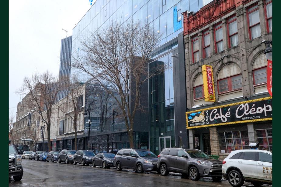 APRÈS : Le boulevard Saint-Laurent a bien changé au sud de la rue Sainte-Catherine. Les façades de pierres ont pour la plupart été remplacées par un immeuble de verre beaucoup plus haut. On ne voit plus le siège social d'Hydro-Québec. Mais le Café Cléopâtre n'a pas changé d'un poil en 35 ans.