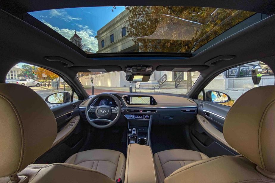 La jolie chute de toit de la Sonata réduit l'espace disponible au-dessus de la tête des passagers.