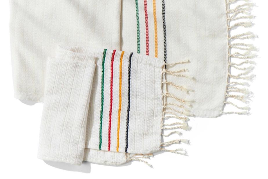 Serviette pour les mains et le visageHBC x B Yoga (30$);serviette longueHBC x B Yoga, 50$