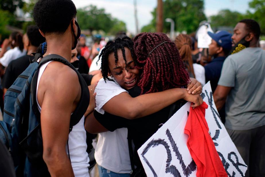 Houston Gabrielle Thompson, nièce deGeorge Floyd, s'est adressée à la foule avant de fondre en larmes.