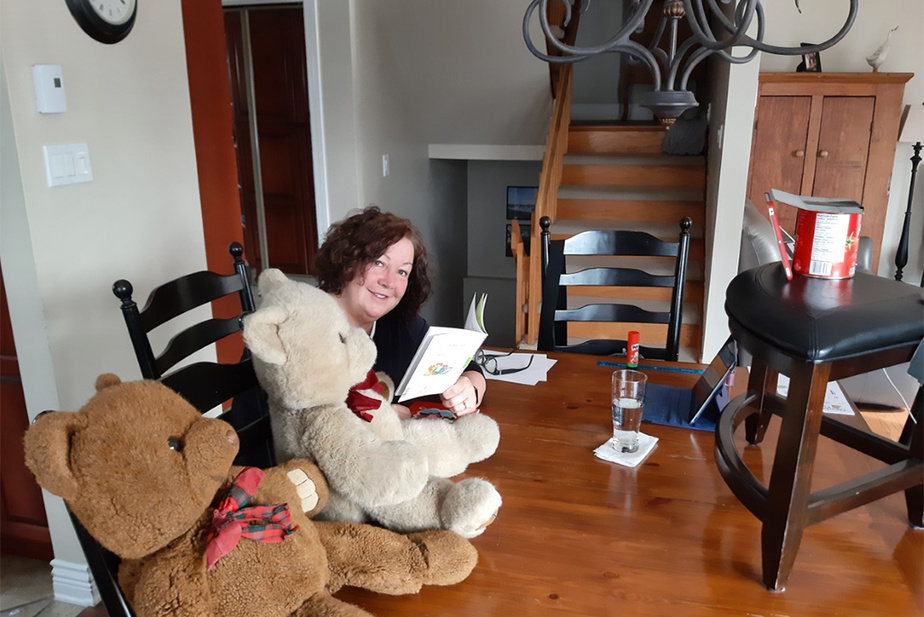 Fanfreluche2.0: Pour donner un coup de main à sa fille, et garder contact avec ses trois petites-filles, Anne Prescott lit des histoires ou anime des activités de bricolage, en ligne. «Je fais ma Fanfreluche!»,rit la grand-maman, en confinement.