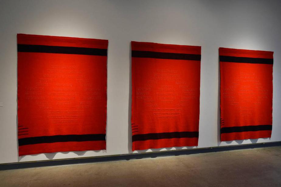 invaders (triptyque), 2019, Hannah Claus (Kanien'keha:ka, épingles plaquées en argent, couverture à points en laine, 214cmx152cm. Œuvre exposée à la galerie PFOAC.