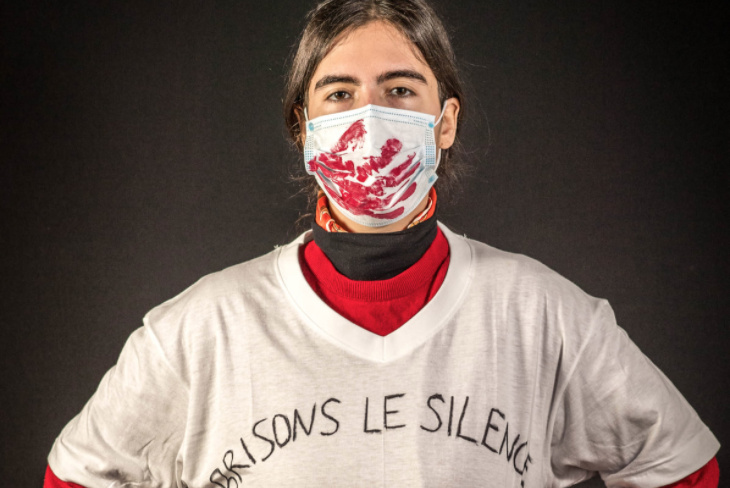 Certains groupes profitent du placement du masque sur la bouche pour exprimer avec force leur indignation. Ici, un groupe féministe suisse dénonce les violences conjugales avec une main ensanglantée en travers de la bouche. Tout un symbole.