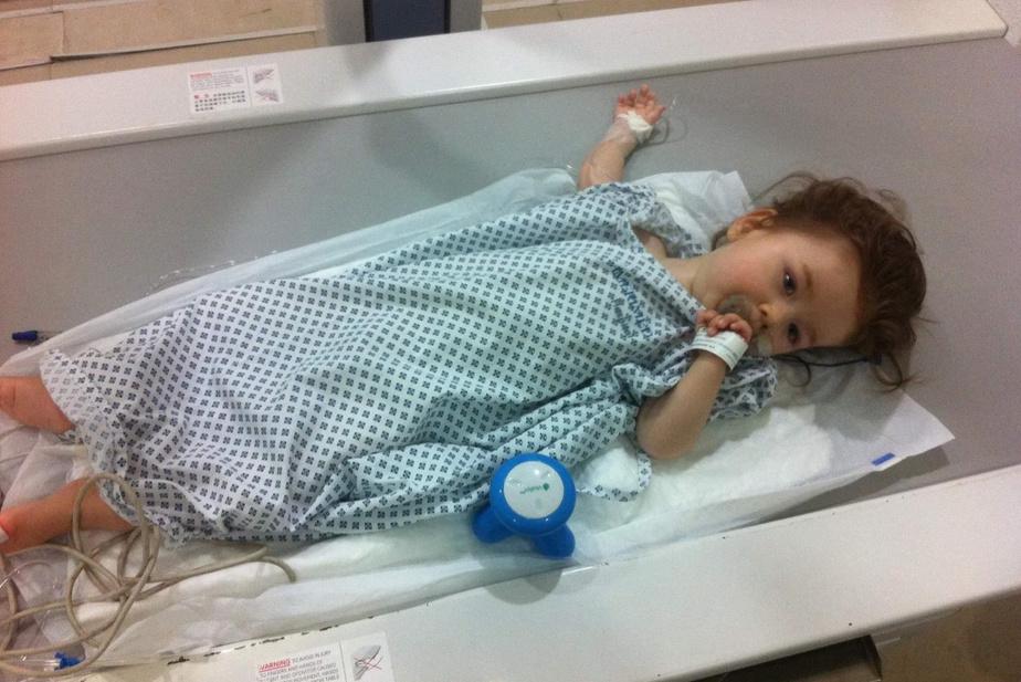 À l'hôpital de Cancún, au Mexique, pour recevoir une injection. Liam a moins de 2ans.