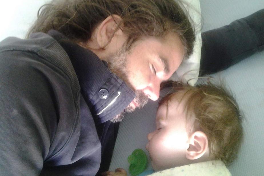 Bébé Liam se repose aux côtés de son père.