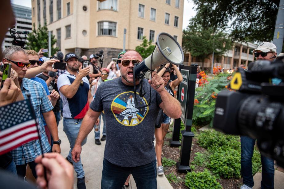 AlexJones, figure de proue du réseau InfoWars et propagateur de théories du complot, était présentpour galvaniser la foule.