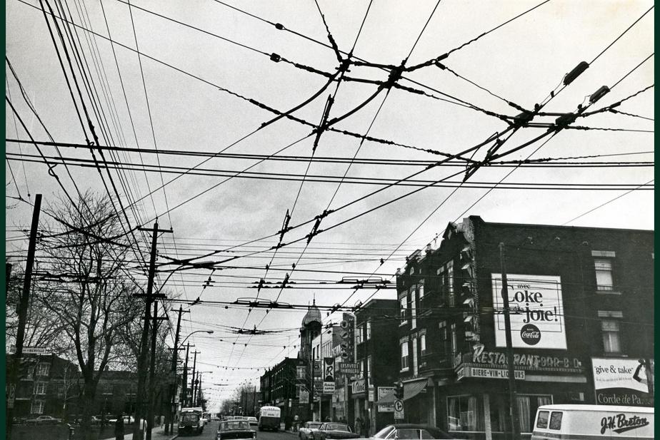 AVANT : L'intersection des rues d'Iberville et Beaubien le 4 août 1961. Les tramways ne roulent plus depuis 1959, mais les câbles électriques surplombent toujours la rue.