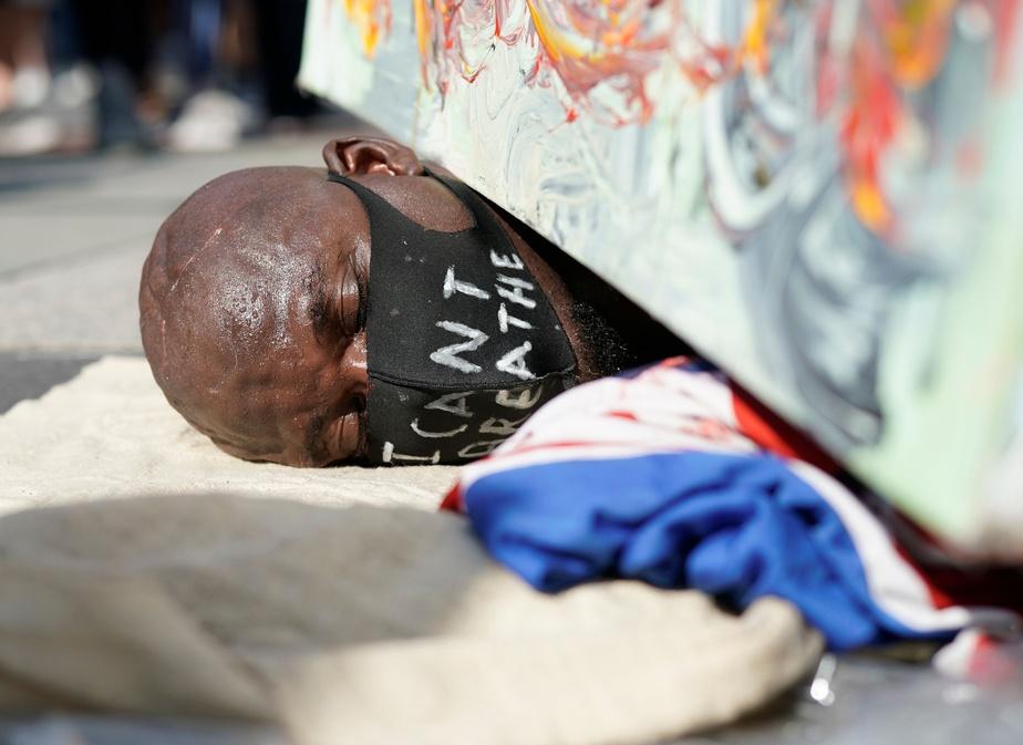 Un manifestant s'est couché au sol pour reproduire une scène ressemblant aux derniers moments de George Flyod, au Square Foley de New York.