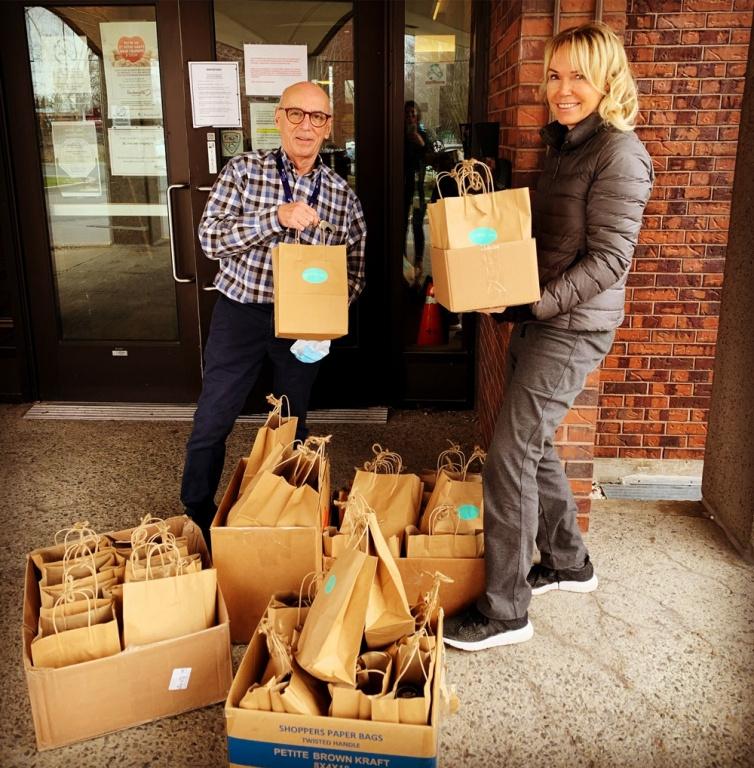 Le Petit Dep s'est donné comme mission de livrer des sacs gourmands afin «de mettre un peu de soleil dans les journées des équipes de soignants du Québec» et d'encourager les producteurs locaux du même coup. Des sacs ont été livrés dans des centres d'hébergement de la grande région métropolitaine et une collecte GoFundMe a été lancée.