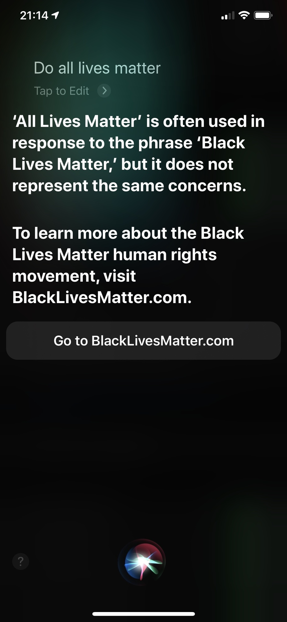 Siri, d'Apple, a une réponse intéressante quand on lui pose la question «Est-ce que toutes les vies comptent?». Aux États-Unis, cette affirmation vient généralement en réaction au mouvement Black Lives Matter. «Il ne s'agit pas des mêmes préoccupations», dit l'assistante vocale.