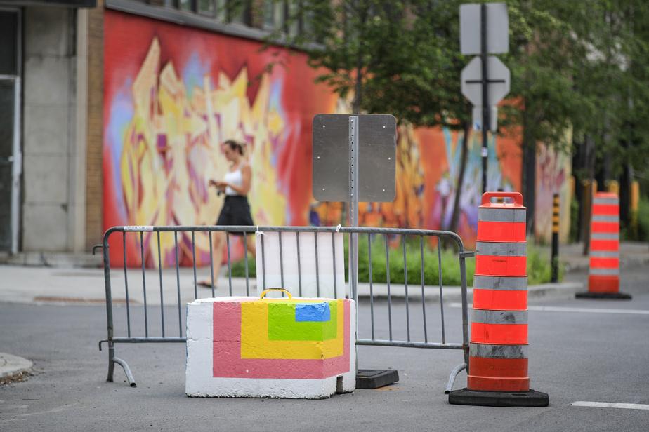 Les blocs de béton colorés visent à sécuriser les tronçons de rues fermées, selon la Ville de Montréal.