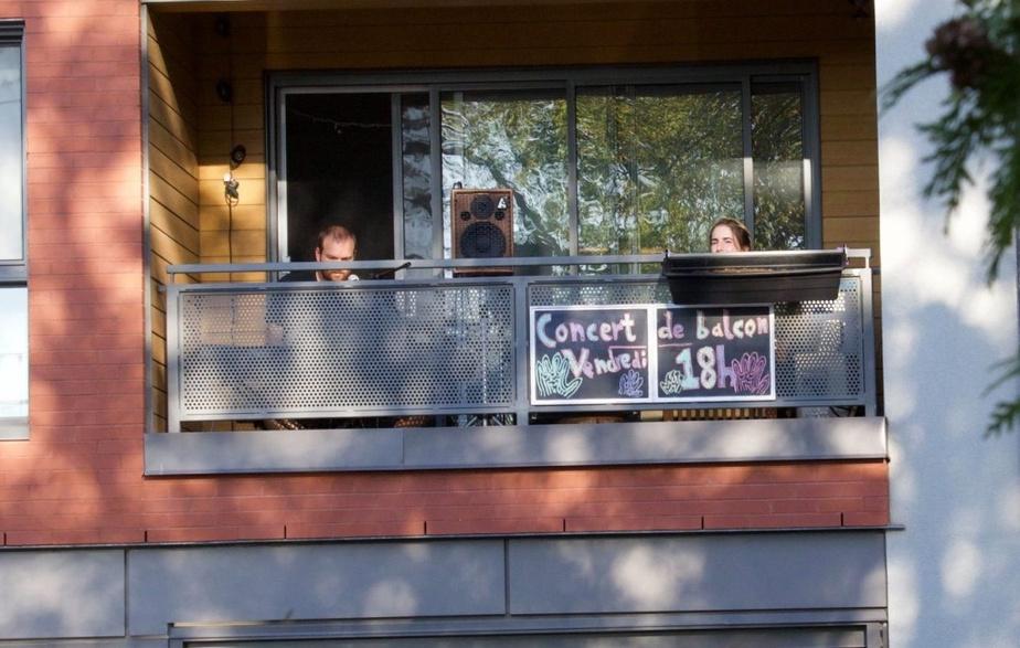 Ce couple de copropriétaires de Sfère Condos organise des concerts de balcon auxquels tous les voisins sont invités. Sympathique, n'est-ce pas?
