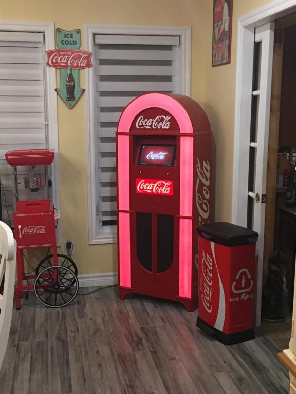 Certains clients se montent un décor thématique autour du juke-box, ou demandent à revêtir la machine aux couleurs d'un thème déjà présent chez eux.