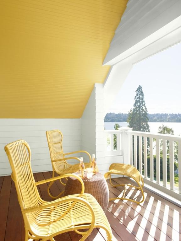 Peindre le plafond d'un balcon en jaune lumineux permet de se sentir moins enfermé.