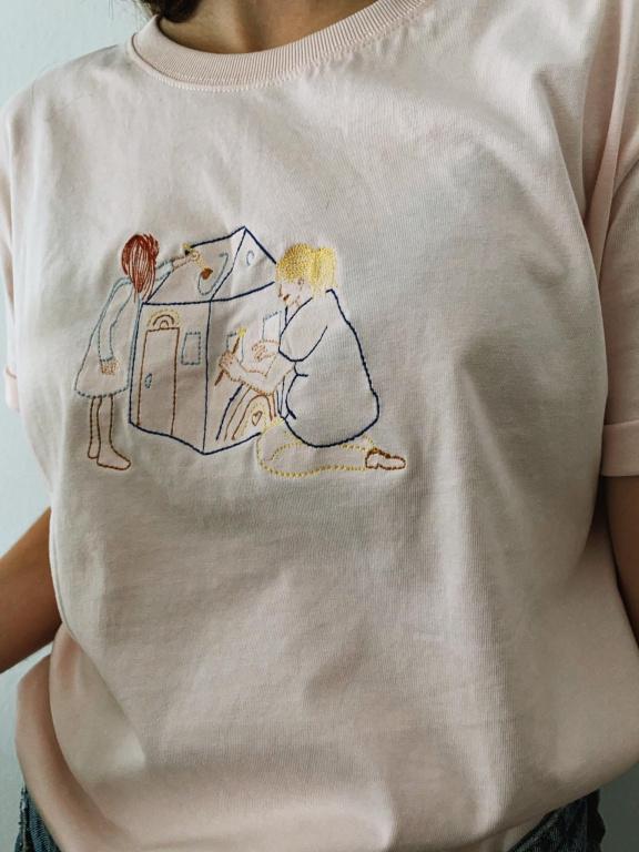 Le t-shirt«Rester chez soi», avec l'illustration de Youloune, tiré de la collection Histoires d'un confinement d'Atelier Murri, 25$