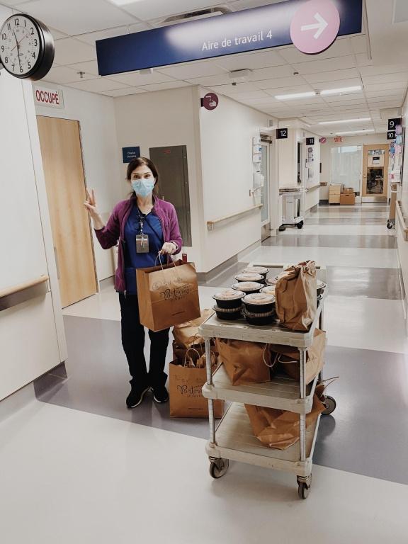Au DIX30, le Portovino a préparé et livré, à ses frais, 250repas individuels chauds aux travailleurs de la santé de l'hôpital Saint-Justine, la semaine dernière. Une vingtaine de plats ont aussi été généreusement donnés aux centresCOVID-19 des hôpitaux Charles-LeMoyne et RoyalVictoria.