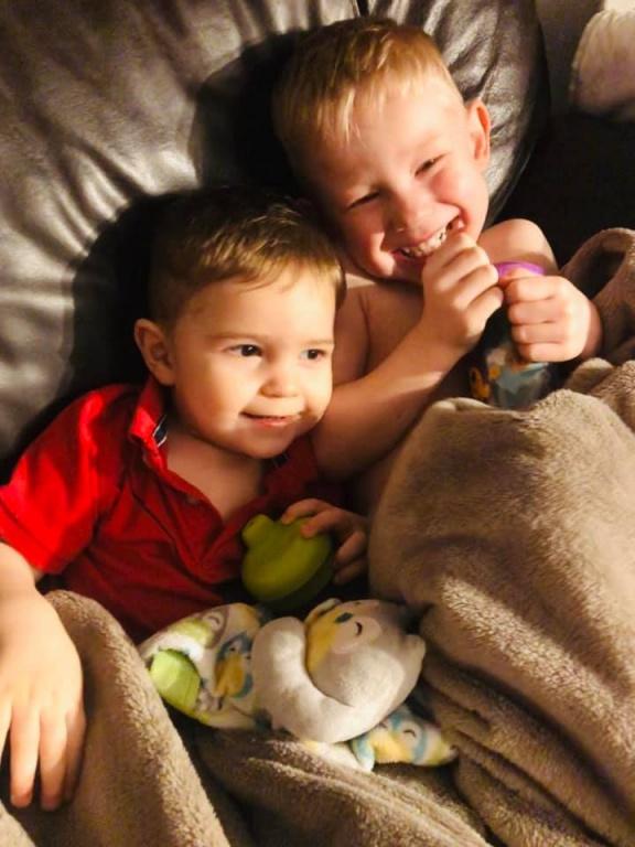 Logan et Thomas ont désormais le visage dégagé de leurs cheveux! «Ç'a super bien été. Pour le résultat, je ne suis pas coiffeuse, mais je suis satisfaite qu'ils n'aient plus les cheveux dans les yeux», raconte leur maman Amanda Cox, de Sainte-Thérèse.