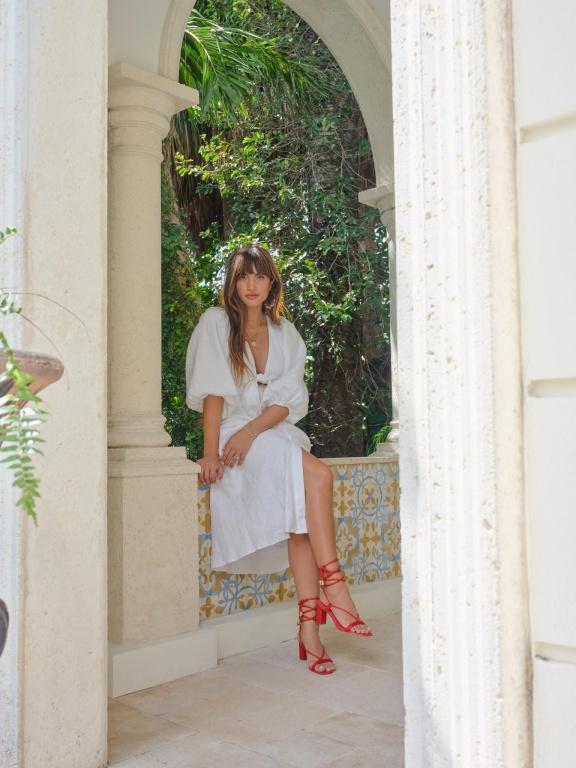 La mannequin Rocky Barnes porte les sandales Ravello, issues de la collection-capsule qu'elle a élaborée avec l'équipe d'Aldo.