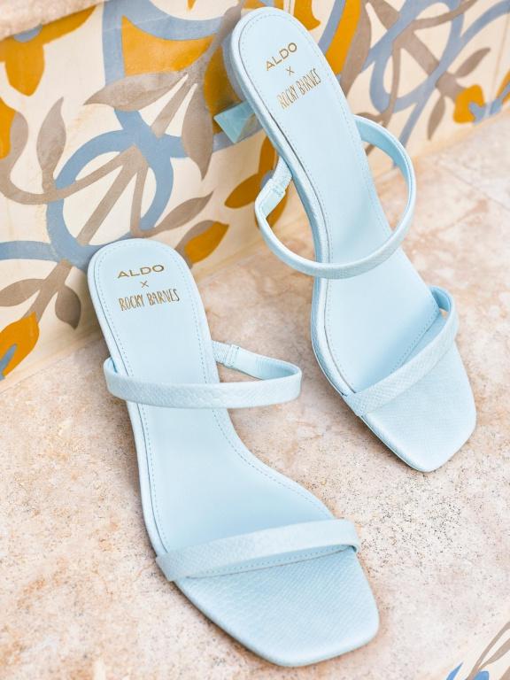 La sandale Capri, au petit talon bobine évasé et au bout carré, est offerte en quatre couleurs.