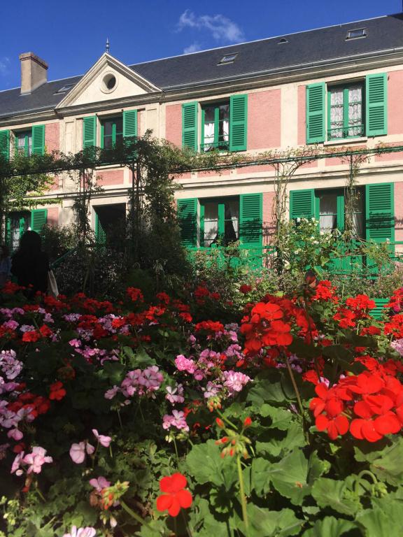 Maison de Claude Monet, à Giverny, en France, au bord de son grand jardinfleuri