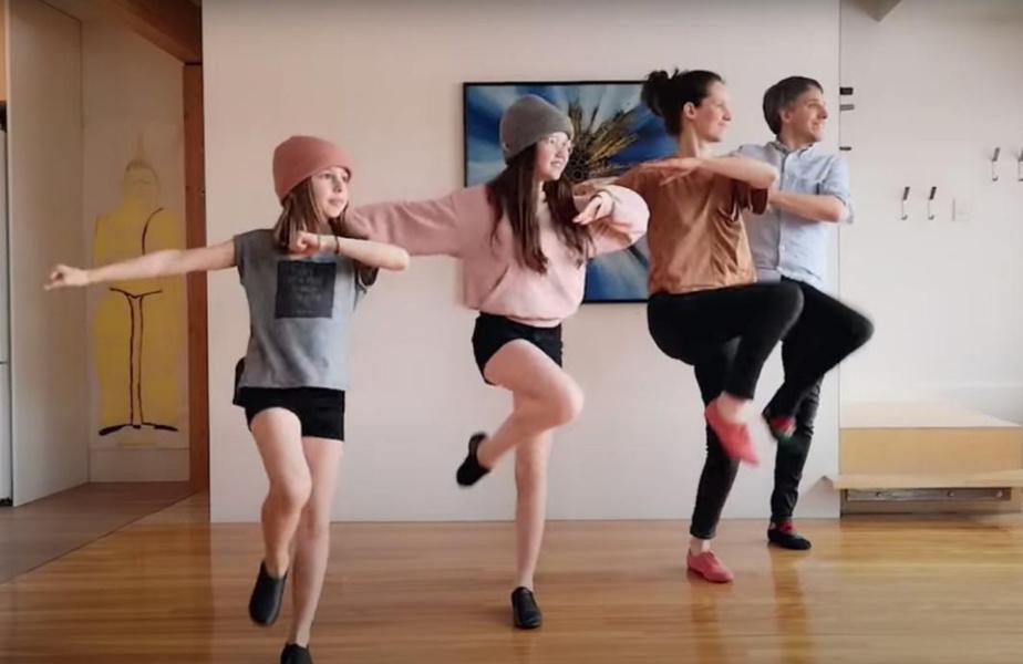 Le clip de la pièce Le king de la danse en ligne du groupe Bleu Jeans Bleu.