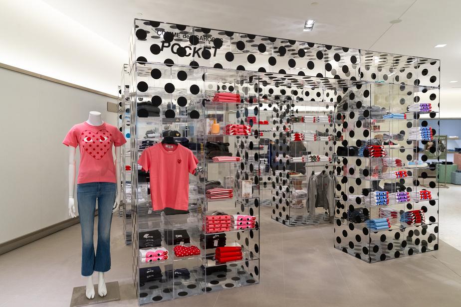 La boutique Comme des garçons pour femmes, au troisième étage, accroche l'œil avec son design ludique.