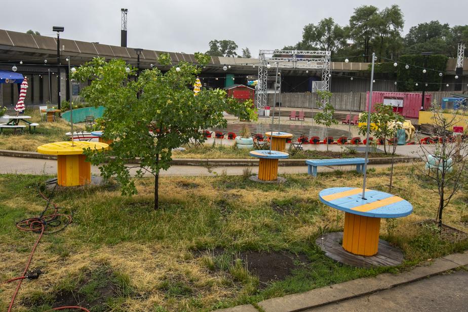 Vendredi, c'était jour de fignolage avant l'ouverture officielle du site sur l'esplanade. Les Jardineries et le Village au Pied-du-Courant sont des lieux où prendre de petites vacances en ville.
