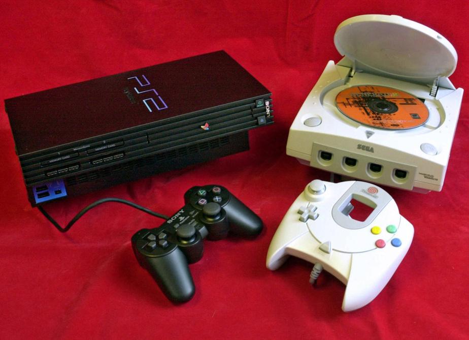 La PlayStation2 de Sony (à gauche) demeure la console la plus populaire de tous les temps, avec 157millions d'unités vendues entre 2000 et 2013. Le plus grand flop: la Dreamcast de Sega (à droite), produite pendant trois ans à partir de 1998 et qui n'a été vendue qu'à 8,2millions d'exemplaires.
