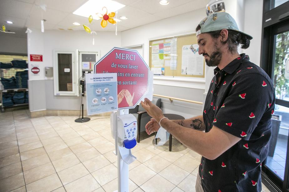 Avant d'entrer dans l'établissement, le lavage des mains et le port du masque sont obligatoires. Guillaume Vermette est aussi appelé à se relaver les mains entre chaque personne visitée, pendant toute la durée de sa visite de deux heures.