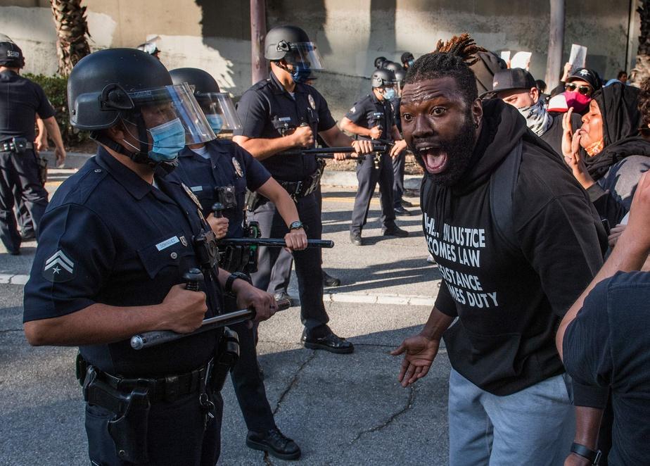 Un manifestant confronte des policiers lors d'une manifestation à LosAngeles.