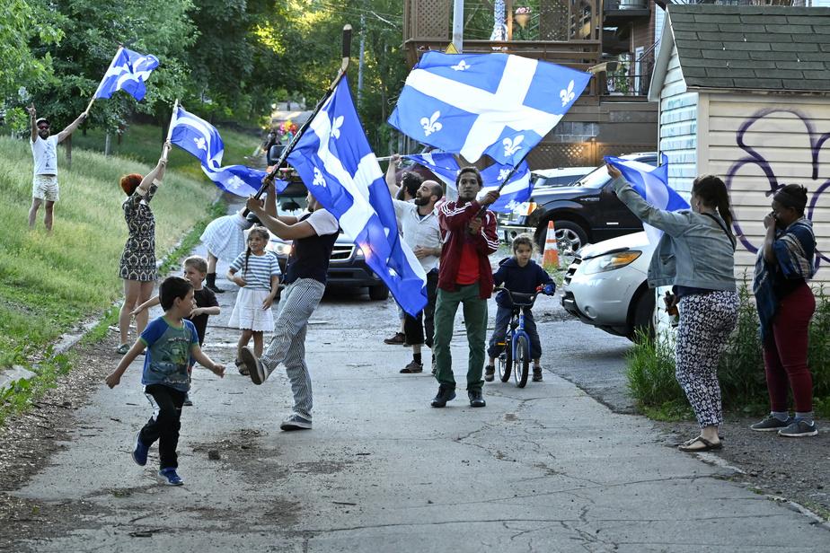 L'absence de fêtes de quartier n'a pas découragé ce groupe de citoyens qui a profité de la Saint-Jean pour agiter des drapeaux fleurdelisés dans le parc Lalancette, à Montréal.