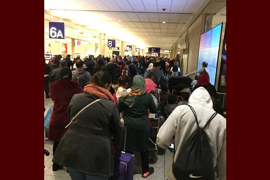 """Foule à l'aéroport Lysane Fournier, de Warwick, a capté cette scène le 11mars dernier, à l'aéroport Montréal-Trudeau, à son retour des États-Unisoù elle était allée visiter sa sœur. «C'était avant que le mot """"distanciation"""" soit partie intégrante de notre vocabulaire.»"""