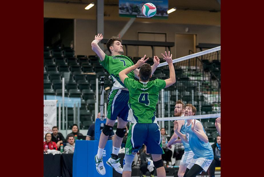 Sports d'équipe Le Championnat canadien de volleyball masculin de l'ACSC devait avoir lieu du 11 au 14mars à Fredericton, au Nouveau-Brunswick. Julie Clément a assisté au match du 12mars en après-midi pour y voir jouer son fils avec les Volontaires du cégep de Sherbrooke, l'équipe gagnante du championnat provincial. En soirée, il a été décidé que les matchs se dérouleraient à huis clos.
