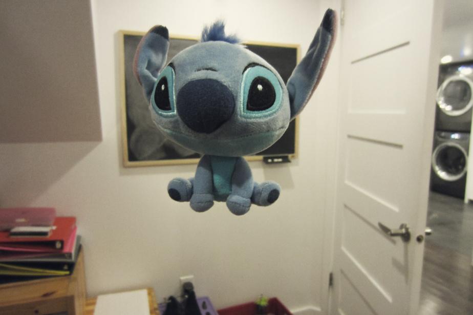 «Un jour, je n'avais rien à faire, se souvient Justine. J'ai fait voler mon toutou et je trouvais ça drôle. C'est Stitch. Je l'ai acheté en voyage à Disney World, l'année dernière.»
