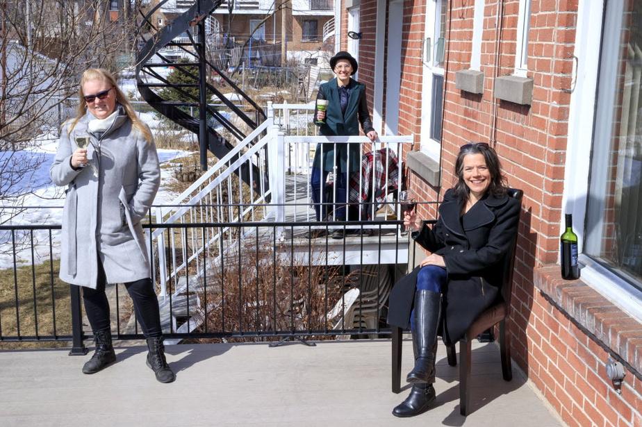 Apéro réglo: Tout en respectant religieusement les consignes en matière de distanciation sociale, Fannie Dionne (au centre) a adopté l'«apéro de balcon»avec ses voisines, qui sont nulle autre que sa mère (Carole Fortin, à droite) et sa meilleure amie (Karine B. Leclerc, à gauche). C'est un rendez-vous!