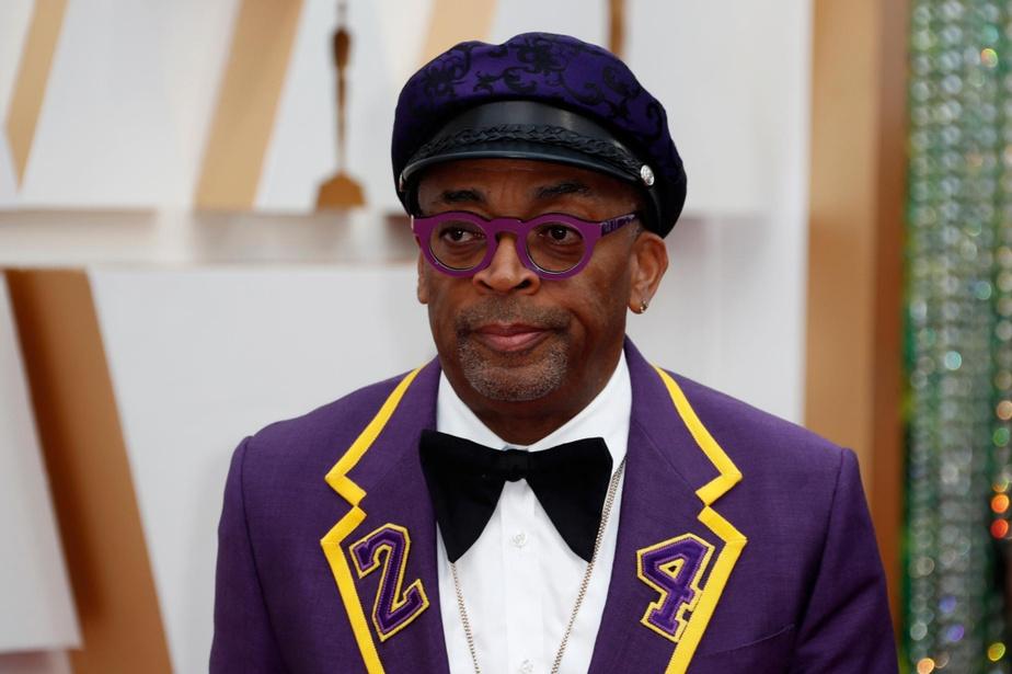 Spike Lee a fait un hommage senti au joueur de basketball Kobe Bryant, qui a récemment perdu la vie dans un tragique accident d'hélicoptère, avec son costume Gucci violet et or évoquant les couleurs des Lakers, équipe au sein de laquelle Bryant avait évolué, avec son numéro24 brodé sur les revers de sa veste et audos.