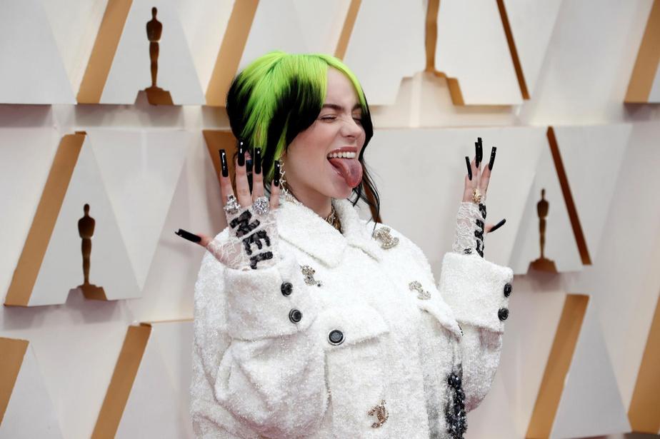 Impossible de ne pas remarquer Billie Eilish sur le tapis rouge, alors que la chanteuse aux cheveux ombrés vert et noir est arrivée en look total Chanel, de la tête aux pieds. Fidèle à ses habitudes, celle qui a fait une prestation surprise dimanche a opté pour un survêtement ample, avec de nombreux accessoires et de faux onglesinterminables.